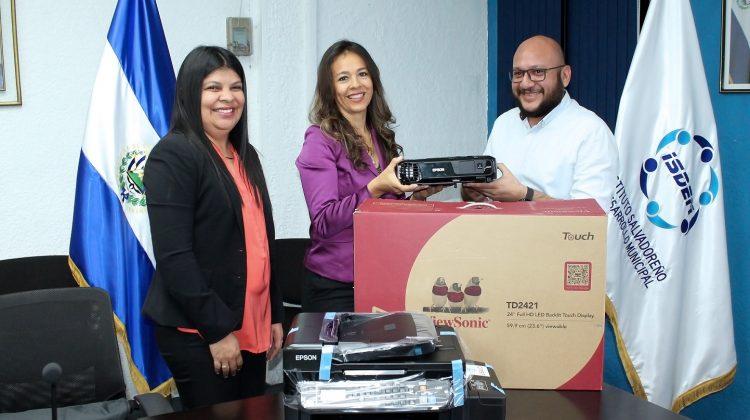 El equipo fue entregado por la Directora de Tetra Tech DPK INC, Paola Barragán al Gerente General del ISDEM, Juan Henríquez, les acompañó Minely Muñoz, Jefa de la UAIP del Instituto