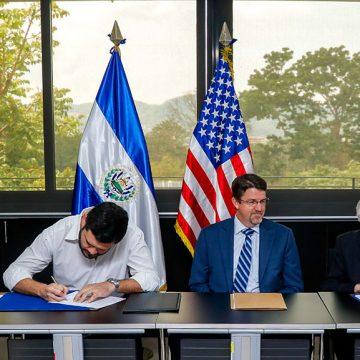 El Memorando de Entendimiento fue suscrito por el presidente del ISDEM, Rogelio Rivas y el Director del Proyecto, Carlos Guerrero, les acompañaron como Testigos de Honor, de izq. a der., Roberto Aquino, vicepresidente del ISDEM y Alcalde Municipal de Sobsonate y Lane Mears, de USAID El Salvador